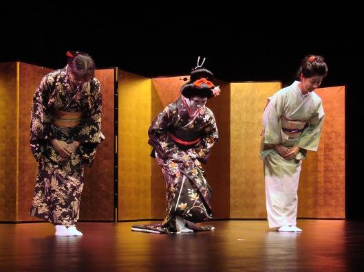 accompagnée par Nobuko Matsumiya (koto) et Fumie Hihara (koto, shamisen)